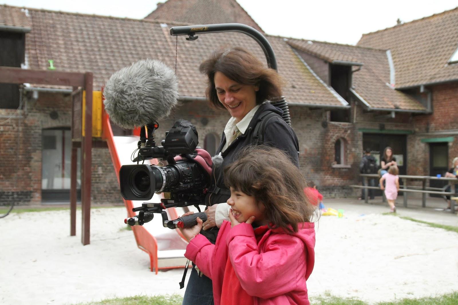 La cineasta Mariana Otero durante el rodaje de 'A cielo abierto' con Amina, una de las niñas residentes en Courtil. © Romain Baudean