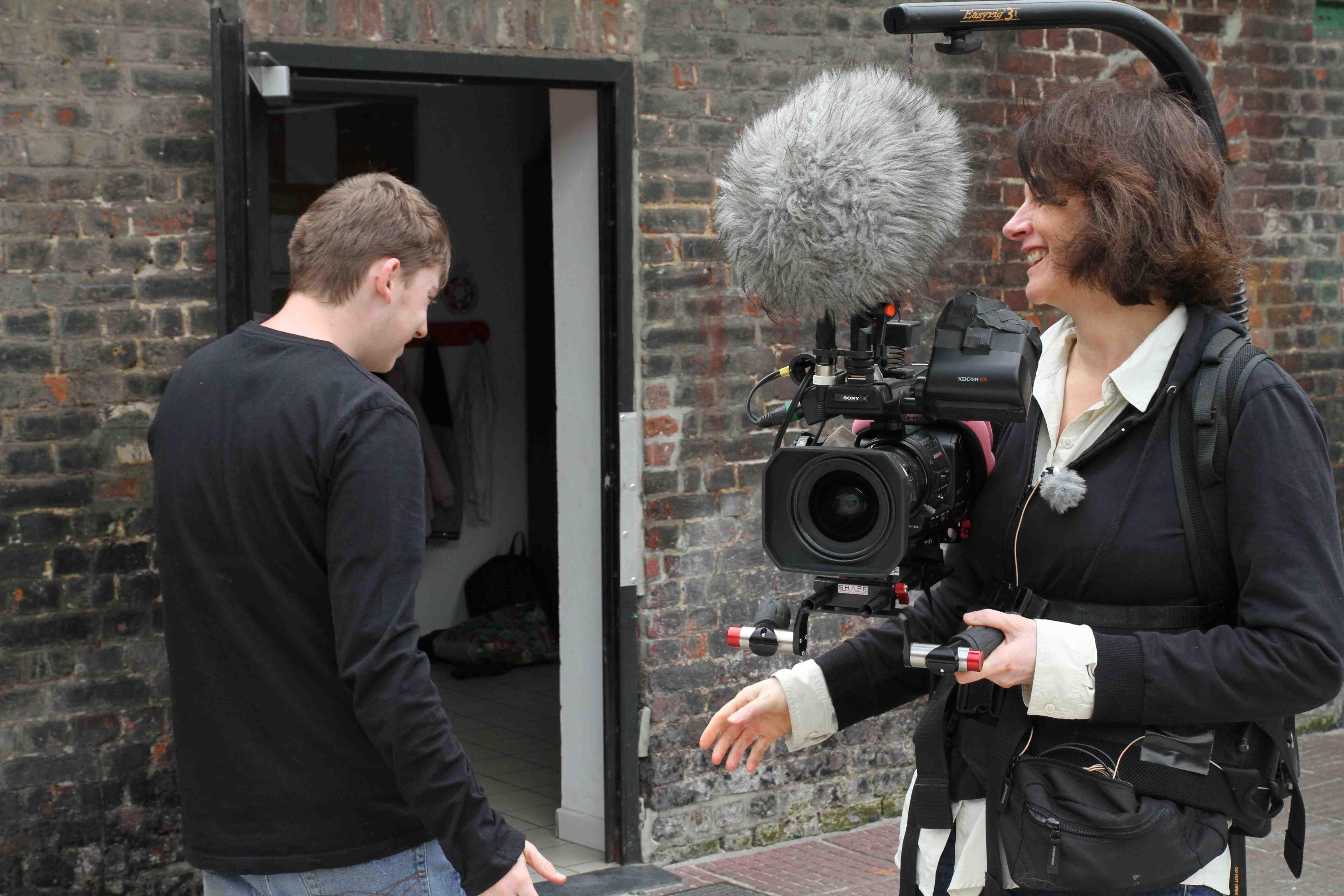 Mariana Otero durante el rodaje de 'A cielo abierto' con Jean-Hugues, uno de los residentes de Courtil. © Romain Baudean