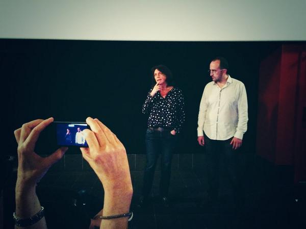 Mariana Otero con Iván Ruiz, psicoanalista de la Escuela Lacaniana de Psicoanálisis durante el preestreno del documental en los cines Boliche. Fuente de la imagen: @cameo